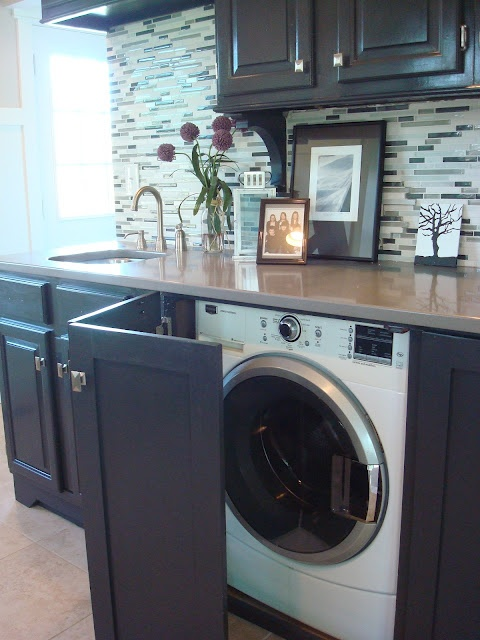 cacher le lave linge dans la cuisine avec une porte pliante with rideau sous evier cuisine. Black Bedroom Furniture Sets. Home Design Ideas