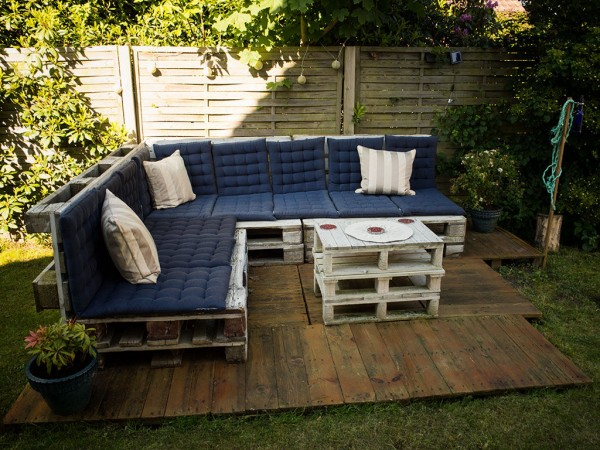 3 tapes pour la construction d 39 une terrasse en palette. Black Bedroom Furniture Sets. Home Design Ideas